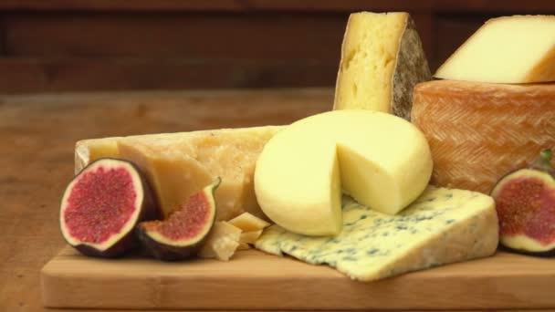 Francouzi kousky sýra na dřevěný stůl