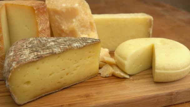 Francouzský sýr na dřevěný stůl.