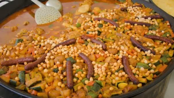 Cizrna s klobásou, cuketa, brambory a mrkev v wok