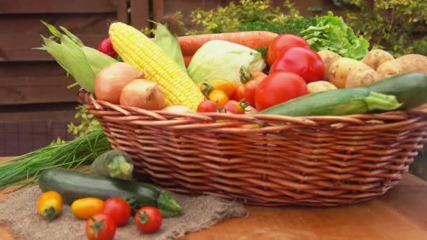 Zátiší se zeleninou v košíku