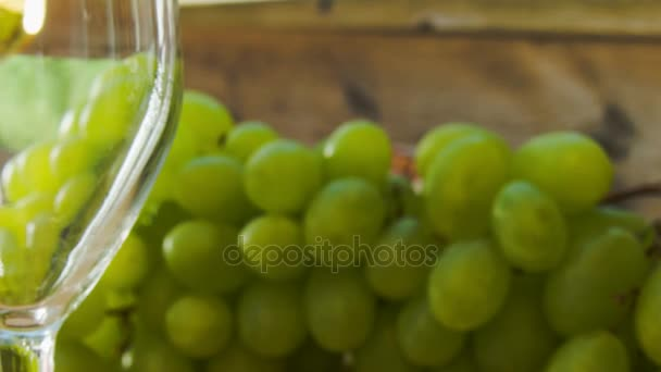 Fehér bort öntenek a pohárba