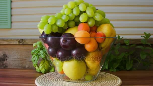Čerstvé ovoce v velká skleněná váza