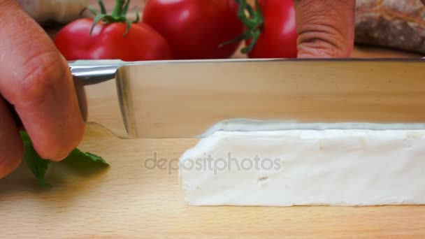 Měkký sýr brie na dřevěném prkénku