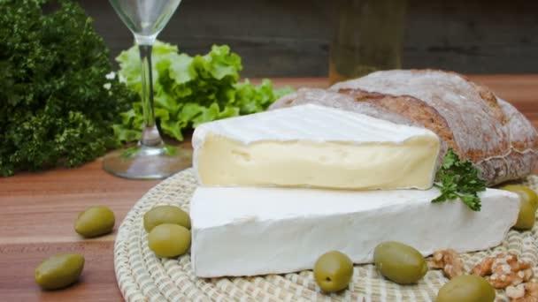 Sýr Brie, olivy a chleba s bílým vínem