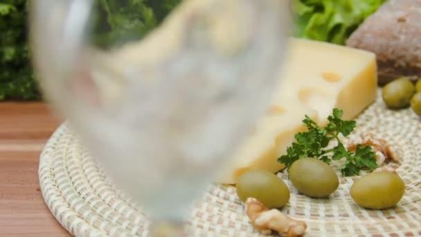 Maasdam sýr s bílým vínem, olivy a oříšky
