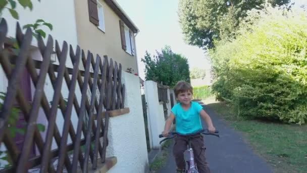 Šťastný chlapec, jízda na kole v parku