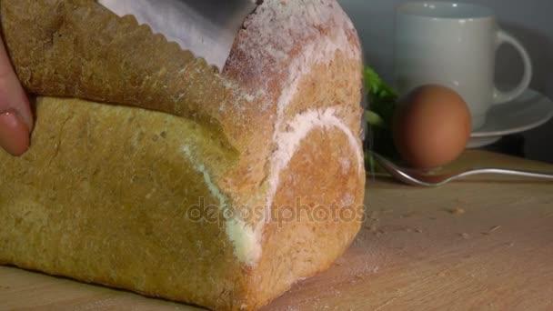 Nožem odříznout bochník pšenično-žitný chléb