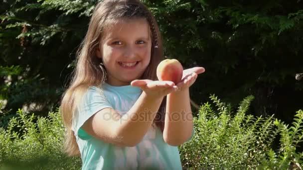 Boldog lány kínál őszibarack