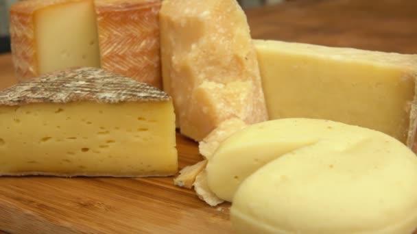 Francouzský sýr na dřevěný stůl