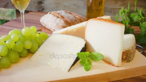 kousky sýra na dřevěné desce