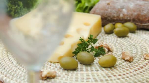 Bílé víno se nalije do sklenice a Maasdam sýr