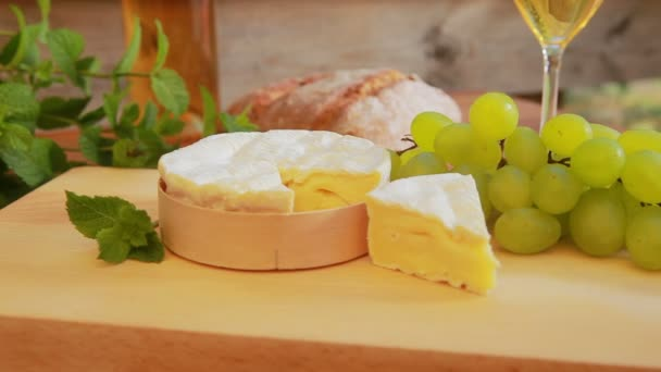 Camembert with white wine, grapes and bread.