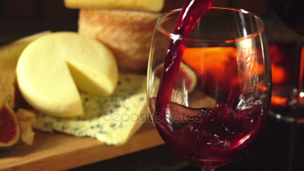 verre de vin rouge sur un fond de l assiette de fromages vid o. Black Bedroom Furniture Sets. Home Design Ideas