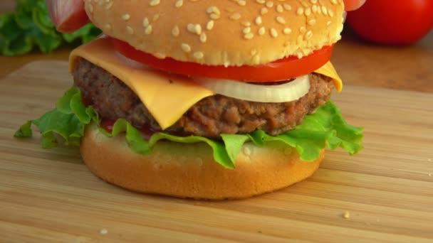 Šéfkuchař se vztahuje na burger s buchta