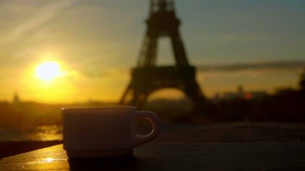 Bílý šálek kávy na slunečné ráno v Paříži