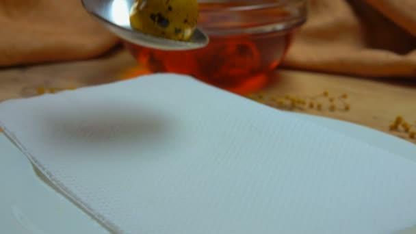 gelb gefärbte Osterwachteleier werden aus farbigem Wachtelei entfernt