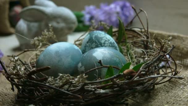 Hyazinthe Blüte fällt auf das Osternest mit natürlich gefärbten Eiern