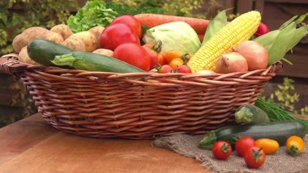 Csendélet, a kukorica, a paradicsom, a burgonya és a hagyma, a kosárba