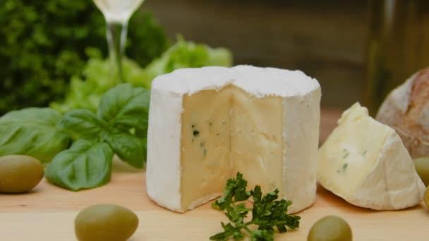 Měkký modrý sýr s chlebem, olivami a bylinkami