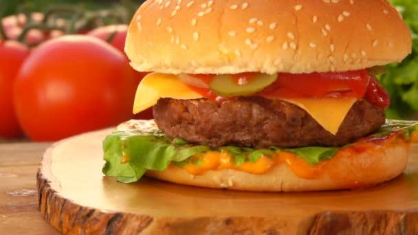Cesam houska se lisuje na lahodný cheeseburger