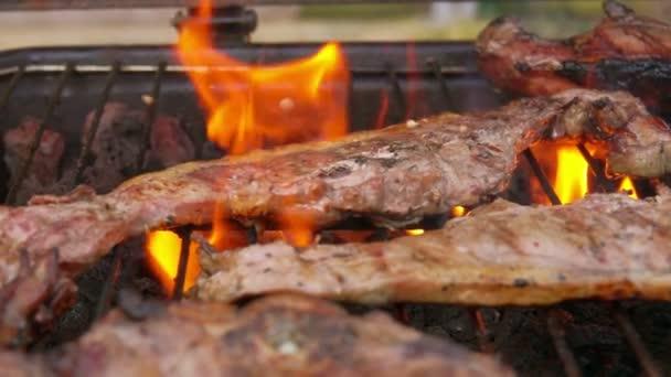 Maso posypané pepřem na grilu s plameny