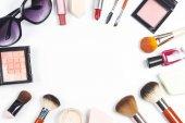 Kosmetické tašky a make-up produkty na barvu pozadí