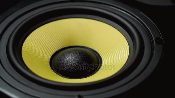Detailní záběr na odklon sub-woofer. Část reproduktoru. Černé a žluté barvy. Slo-mo
