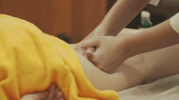 Mladá žena s nohama masáže ve spa salonu krásy, zblízka. Zdravý koncepce.