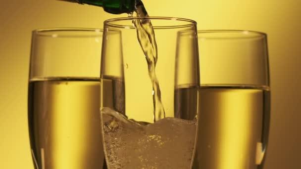 Nalít šampaňské do sklenic. Slavnostní koncept