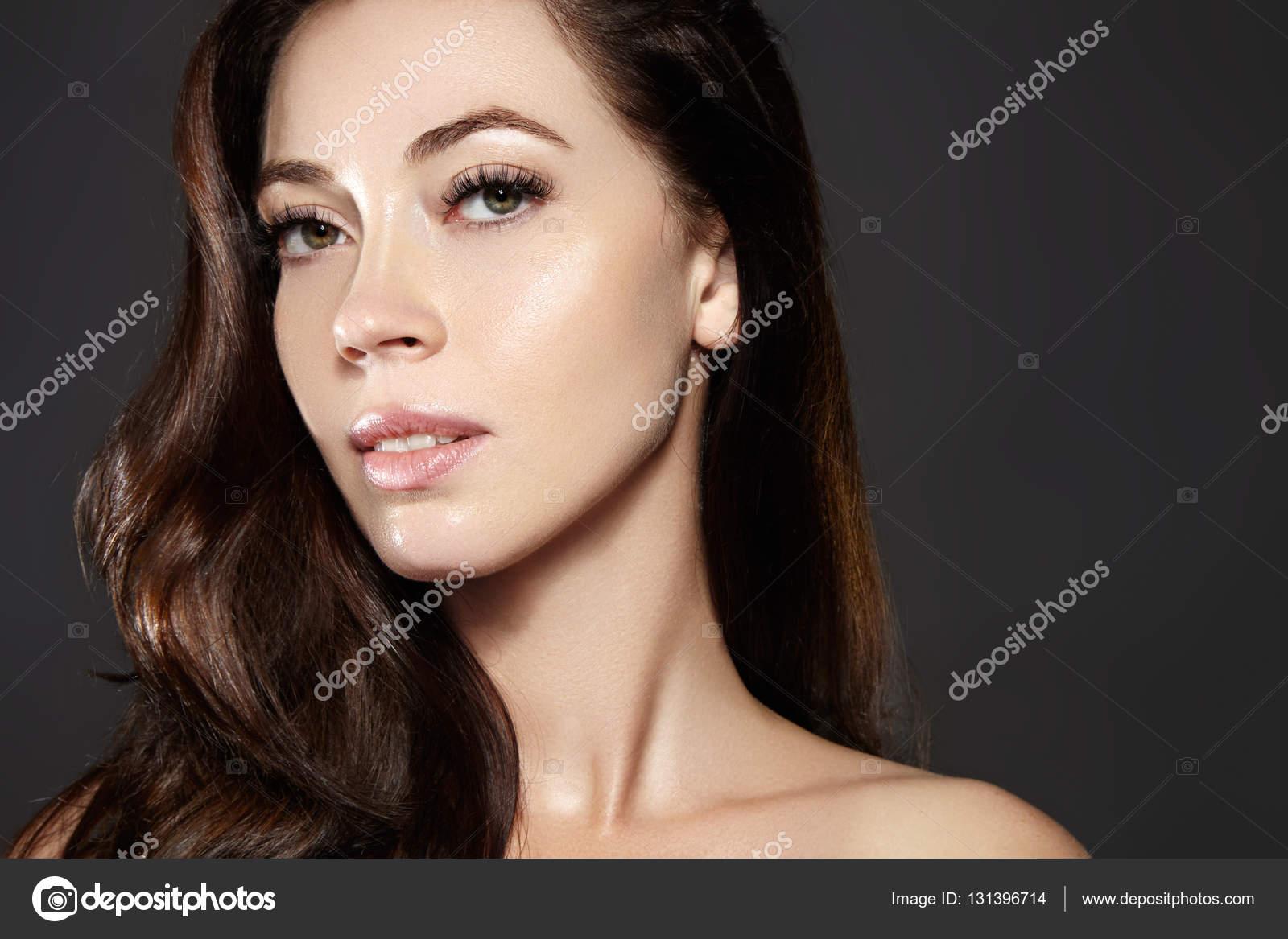 Modelo de mujer joven hermosa con pelo de color marrón del vuelo. Retrato  de la belleza con la piel limpia af8f0ed42f62
