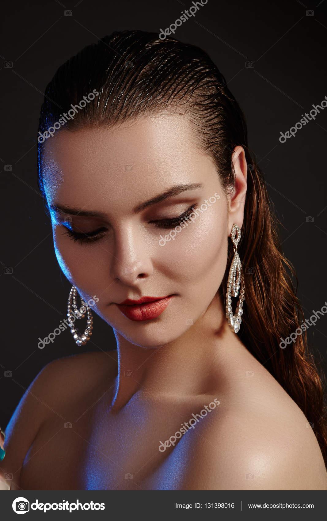 belle femme luxe fashion boucles d'oreilles. bijoux en diamants