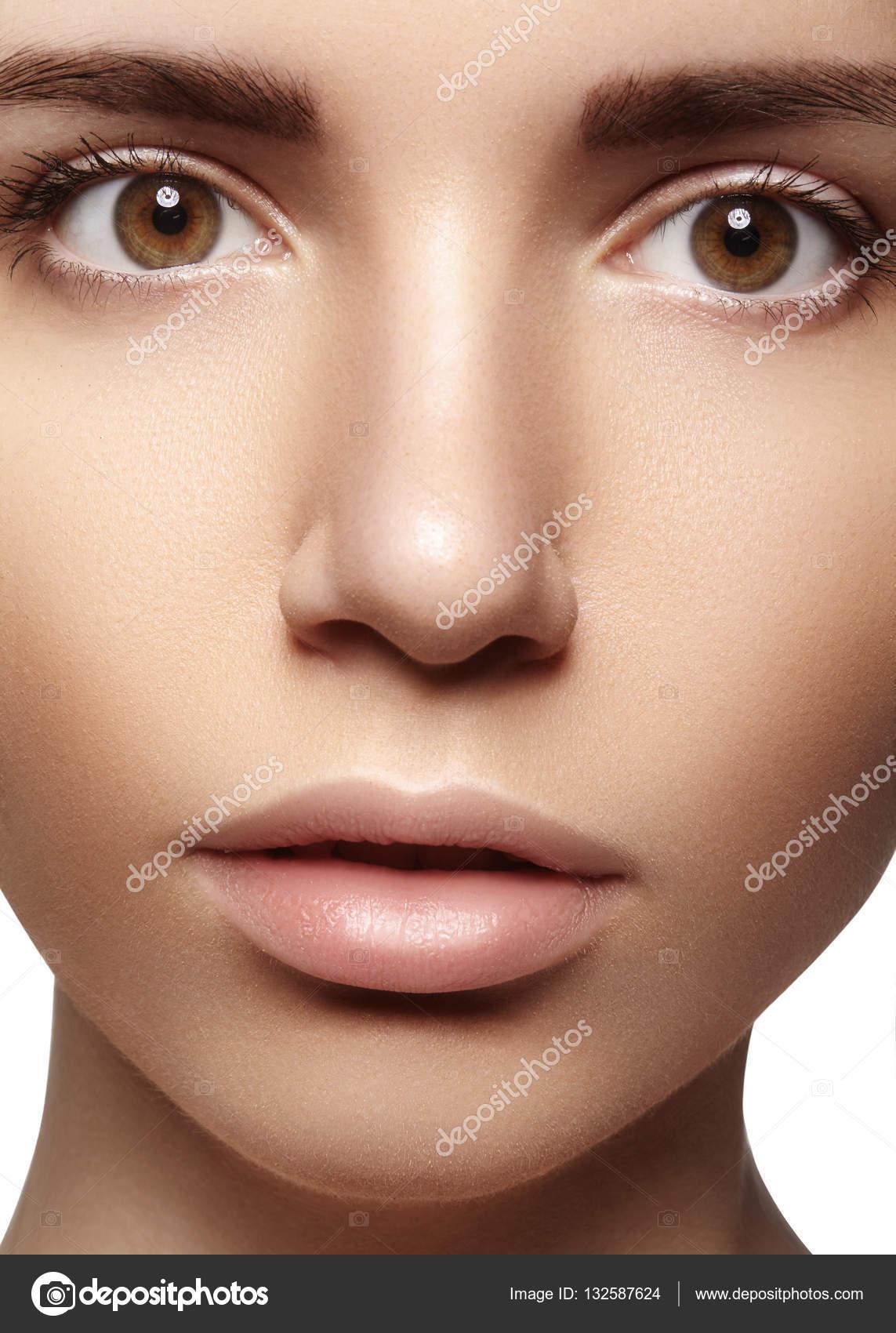 Mulher Jovem E Bonita Com A Pele Limpa Brilhante Perfeita Maquiagem