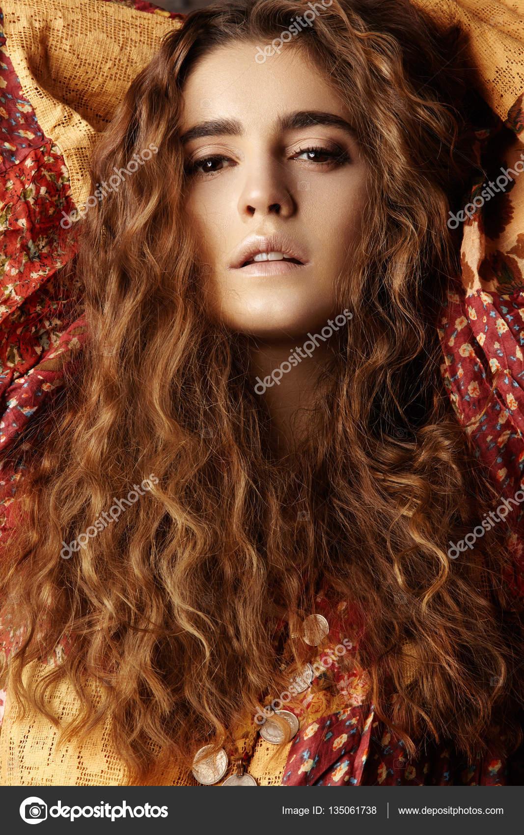 Chica Morena Con Cabello Ondulado Largo Y Brillante Preciosa Modelo