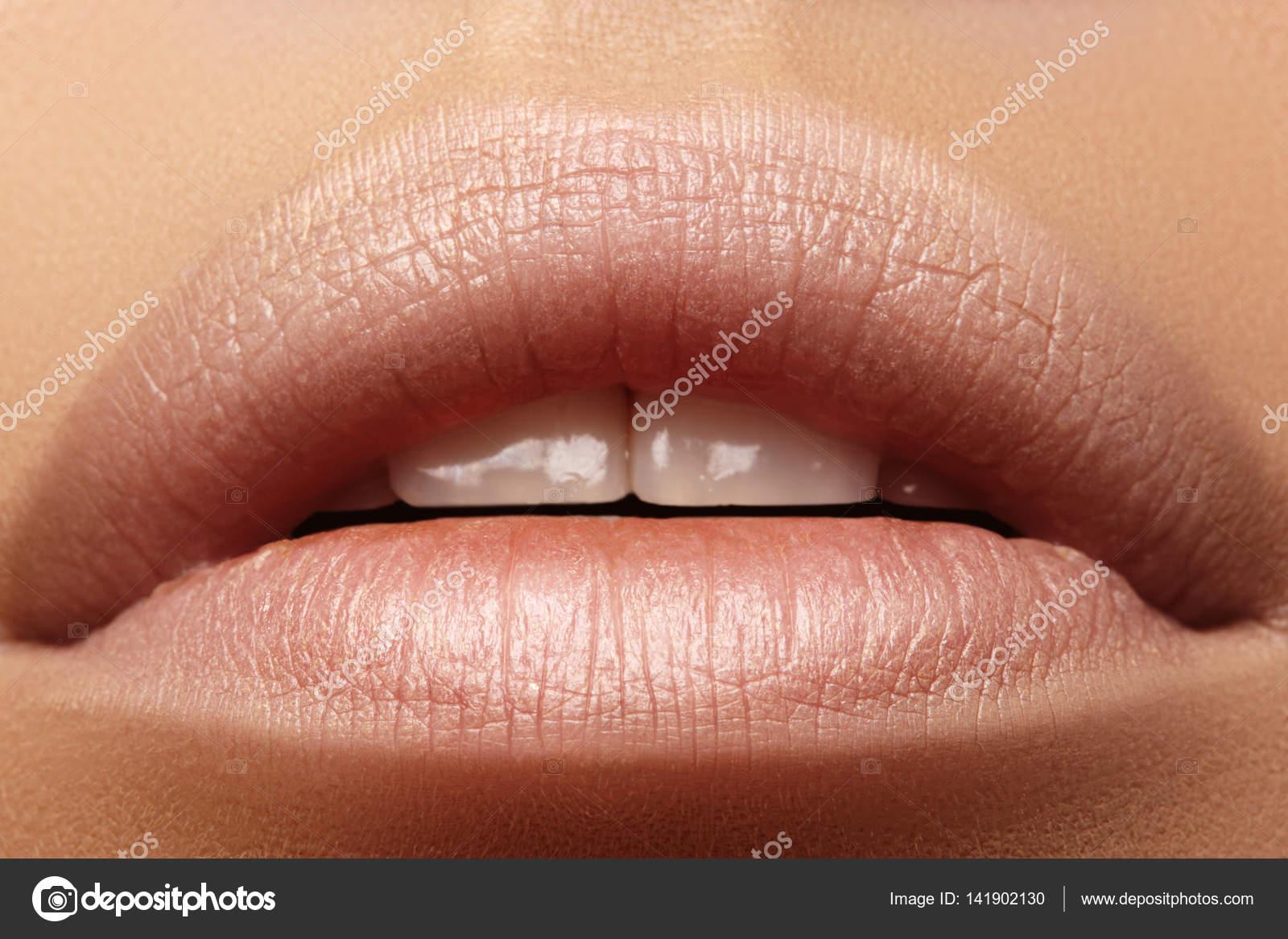 Поцелуй девушки крупным фото