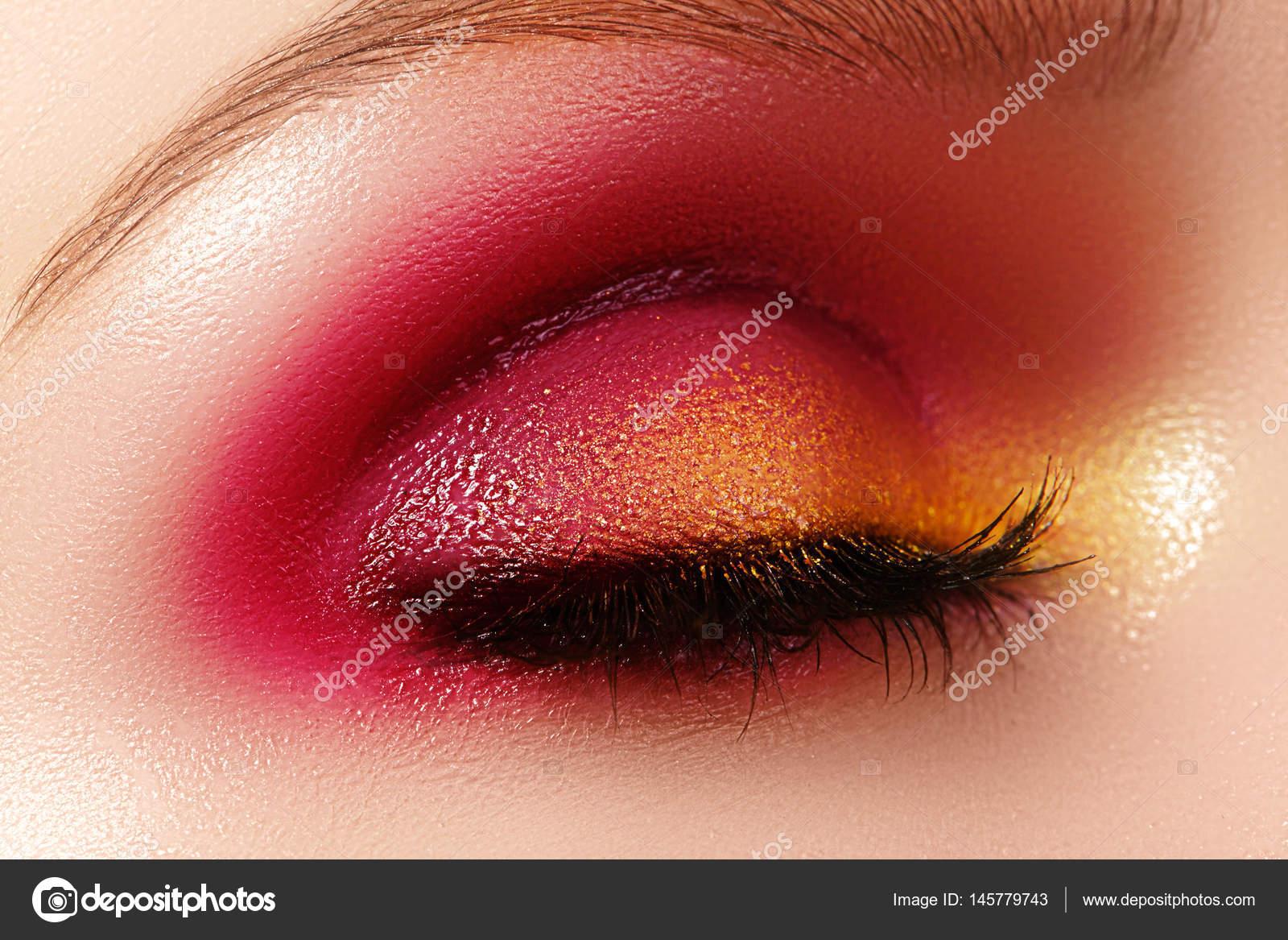 Ogromny Zbliżenie kobiece oko z jasny makijaż moda. Piękne, lśniące złoto UR39