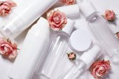 Kosmetické lahvičky. Wellness a spa lahví kolekce s jarní parfém květiny. Kosmetické ošetření, toaletní sada.