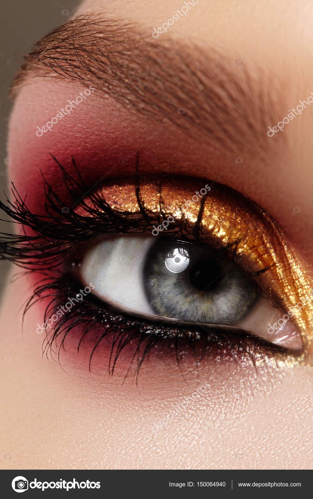 Inteligentny Zbliżenie kobiece oko z jasny makijaż moda. Piękny złoty, czerwony WS16