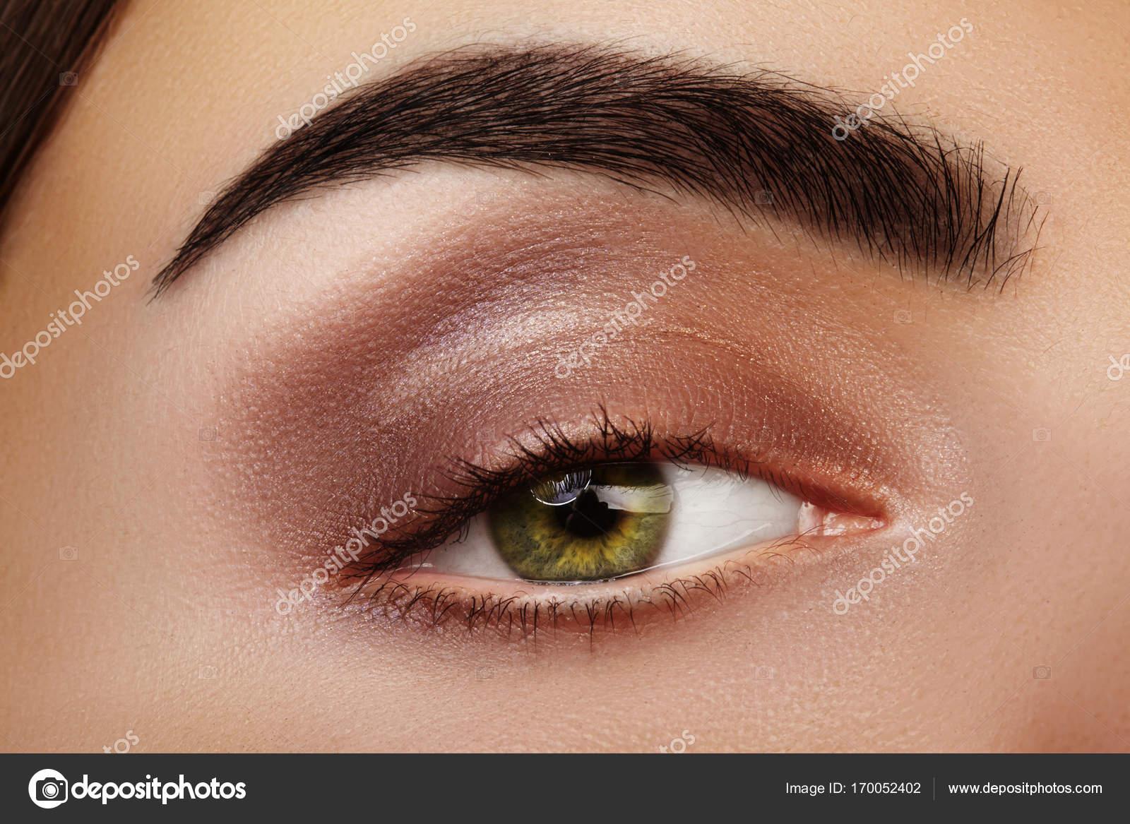 Zbliżenie Piękna Kobieta Oko Seksowny Makijaż Smoky Oczy Z Brązowe