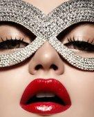 Schönes Modell mit Mode Lippen Make-up tragen helle glänzende Maske. Maskerade Stil Frau. Urlaub Feier aussehen