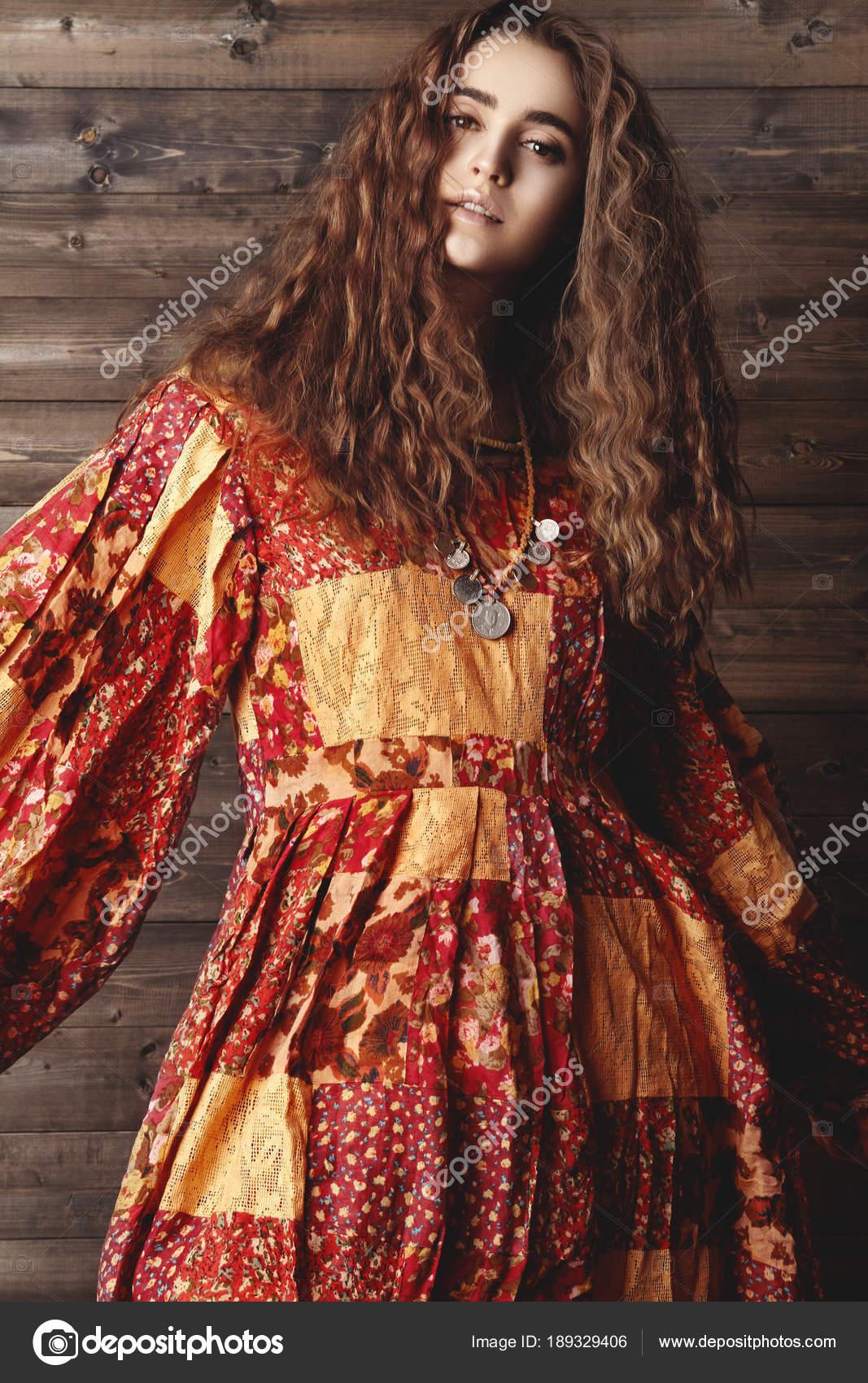 Schöne Junge Frau Mit Langen Lockigen Frisur Modeschmuck