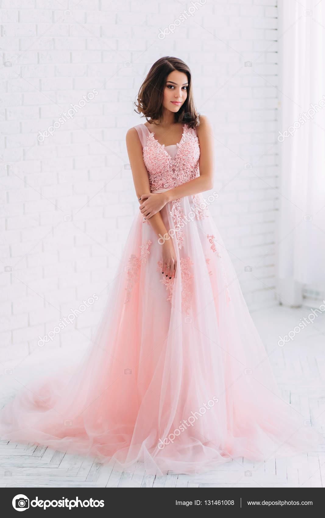 chica hermosa en un vestido de lujo — Foto de stock © liqwer20.gmail ...