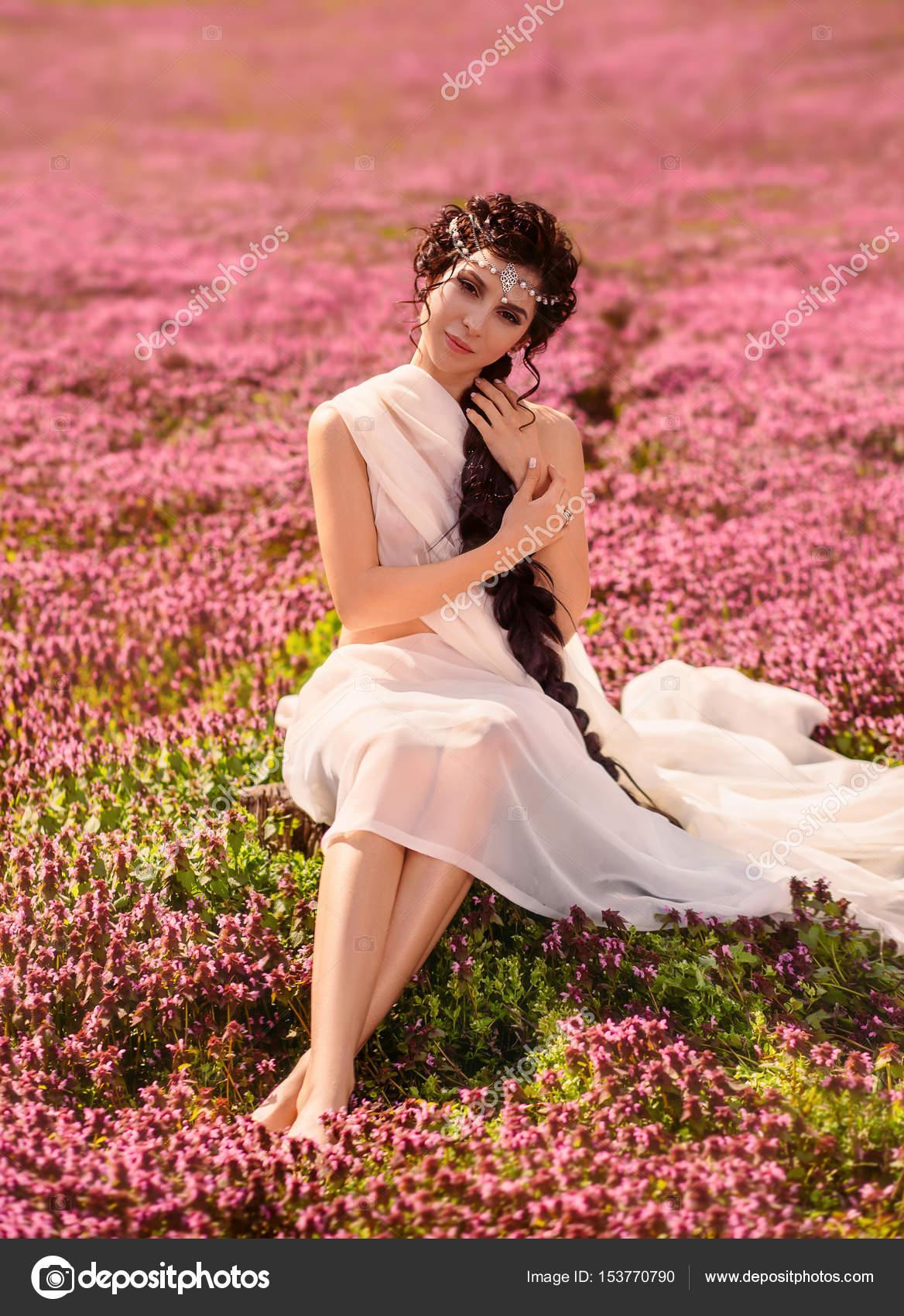Una chica guapa con un vestido vintage blanco — Foto de stock ...