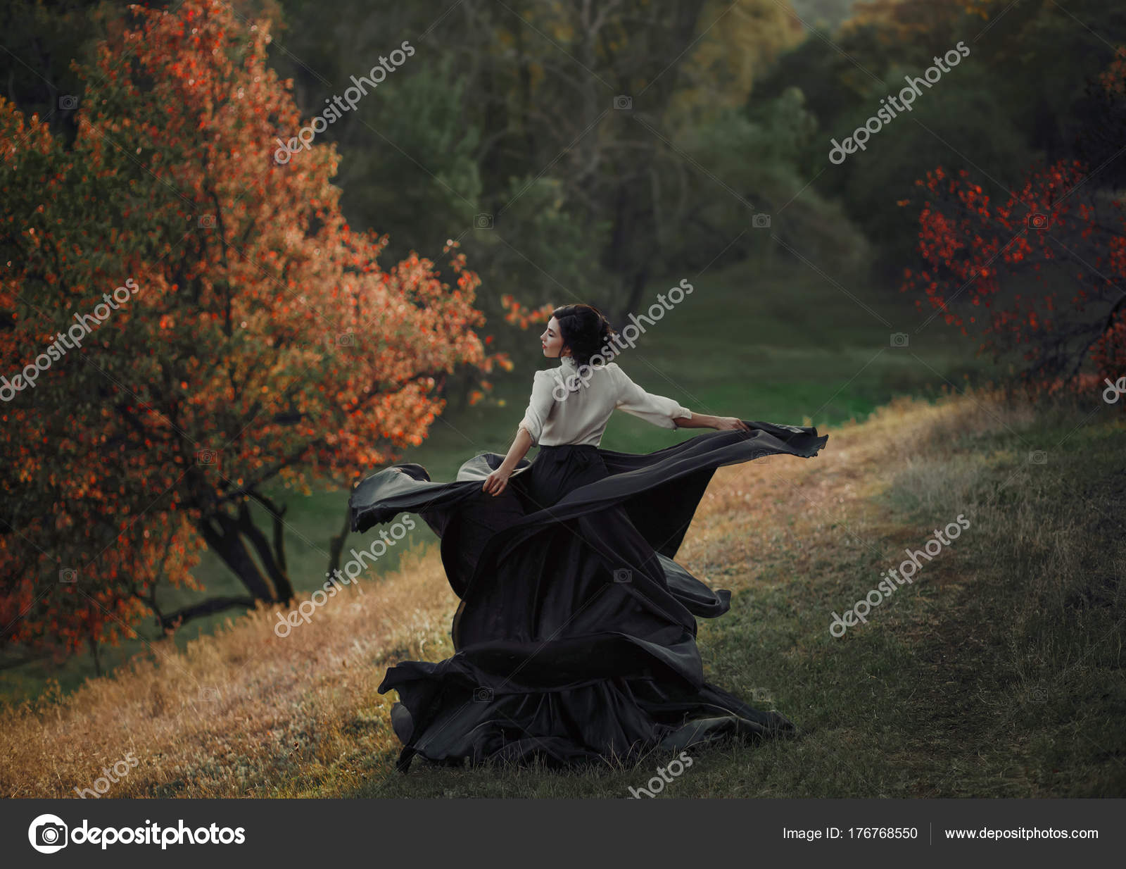 Dziewczyna Sukience Vintage Jest Spinning Wzgórzu Tło Dzikiej