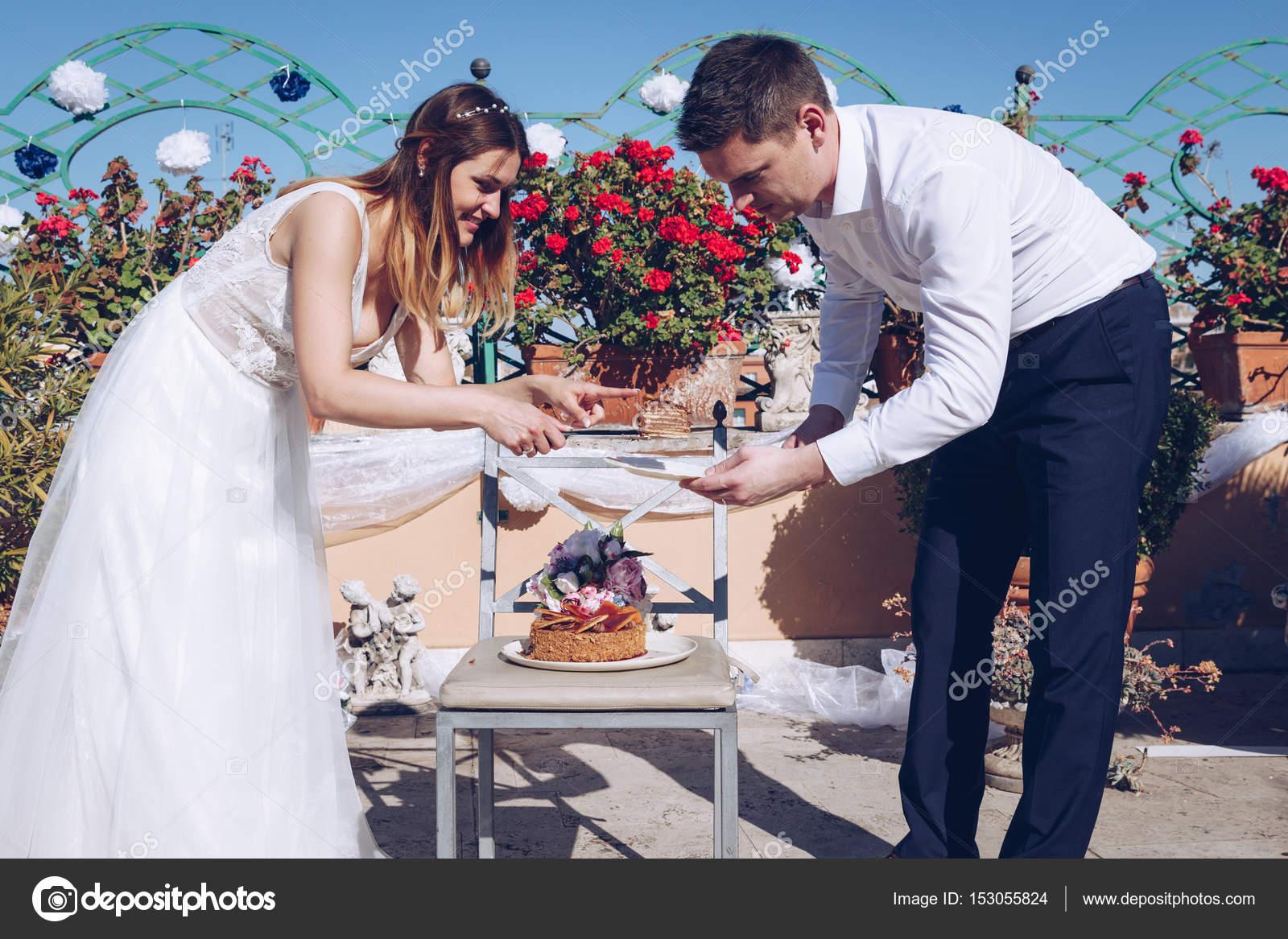 Beaute Mariee Et Le Marie Beau Couper Un Gateau De Mariage