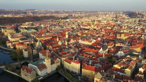Panoramatický pohled z výšky na starém městě pražském, letecký pohled na město, pohled z výše nad Prahou, let nad městem, top view, řeka Vltava, Karlův most. Praha, Česko