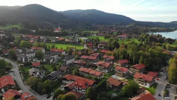 Tegernsee. Der Tegernsee in Rottach-Egern (Bayern), Deutschland nahe der österreichischen Grenze. Luftaufnahme vom Tegernsee in den bayerischen Alpen. Bad Wiessee. Tegernsee in Bayern.
