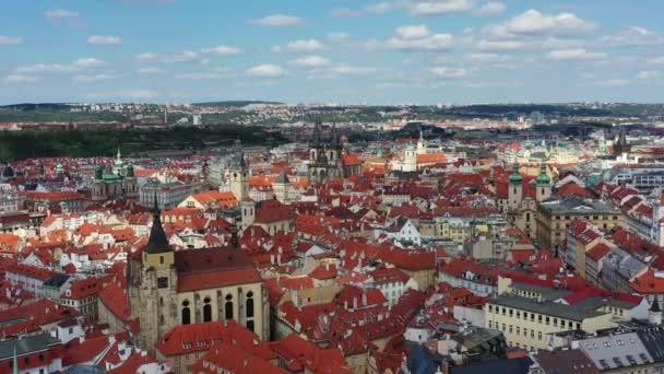 Praha krásný panoramatický slunný výhled na vzdušný bezpilotní letoun nad Staroměstským náměstím s kostelem Panny Marie před Týnem a Pražskou astronomickou věží. Let dronem nad červenými střechami Prahy, Česko.