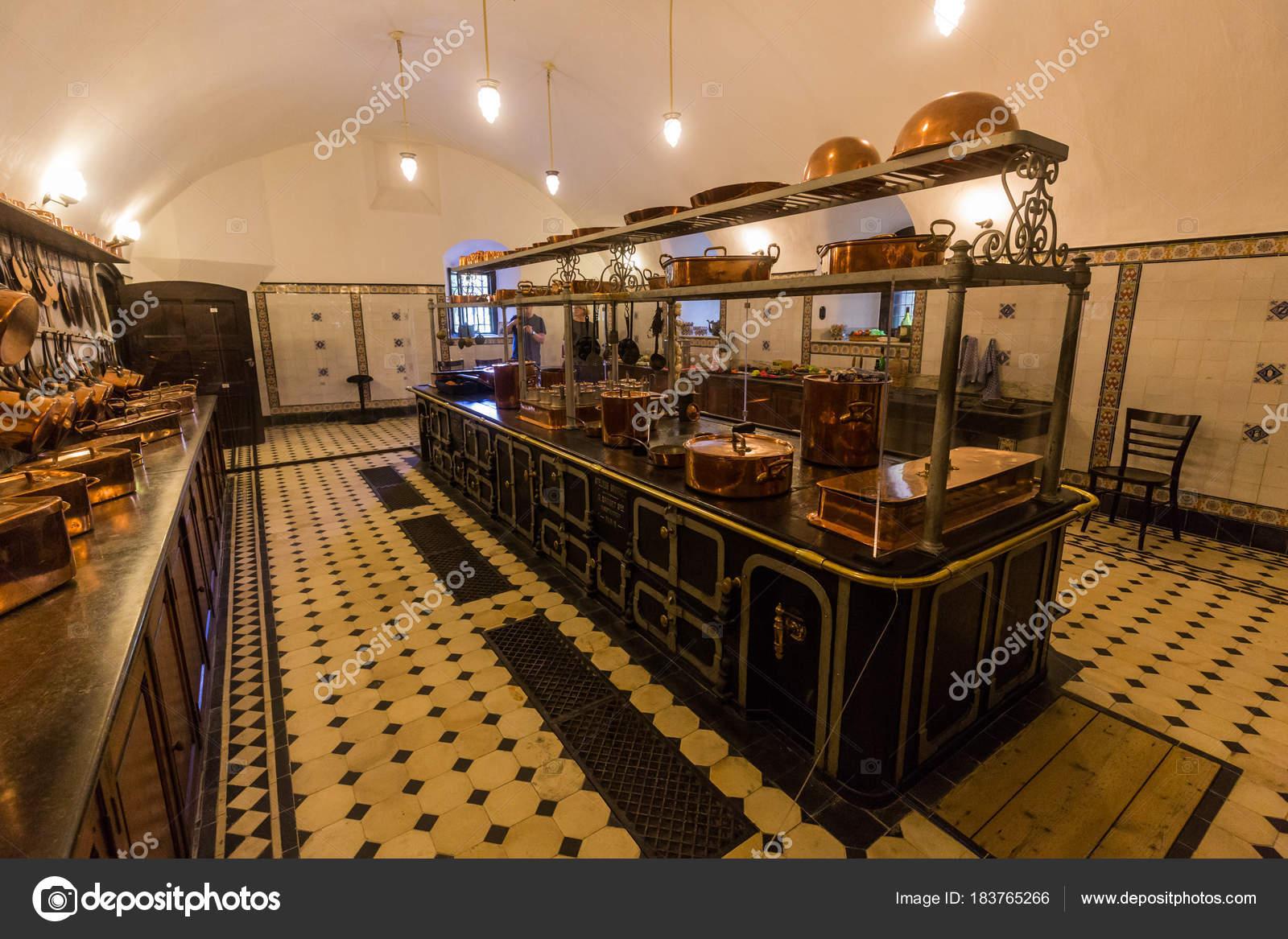 Zicht op het interieur (keuken) van De Haar kasteel, Nederland ...