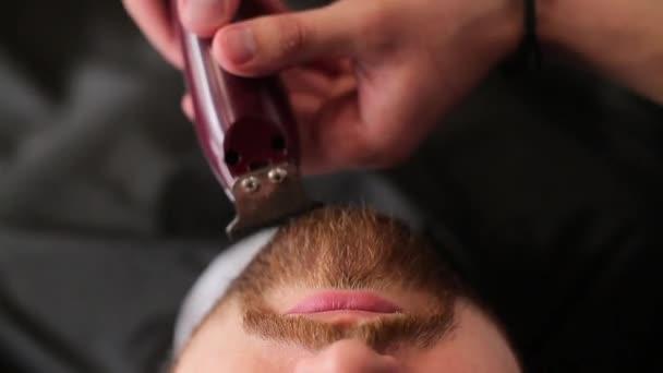 a fodrászatban szakáll fodrász