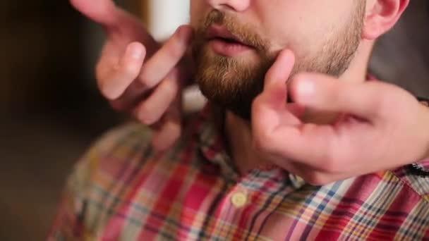 člověk si vybere účes vousy v holičství